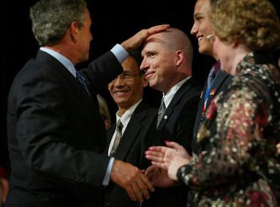 Bush passa a mão na careca