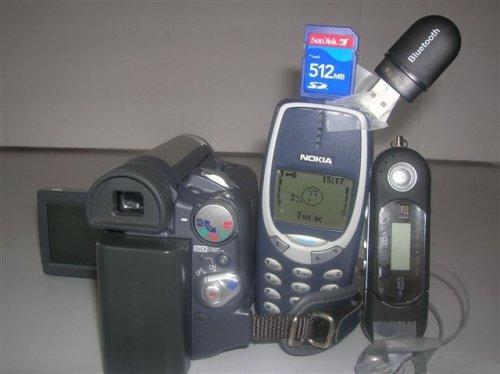Celular com câmera, mp3 player, cartão de dados e stick usb.