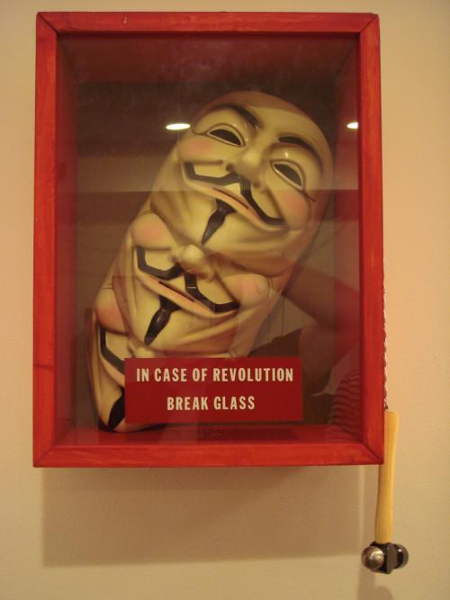 V de Vingança, em caso de revolução quebre o vidro