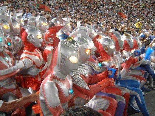 Família Ultraman vai ao estádio
